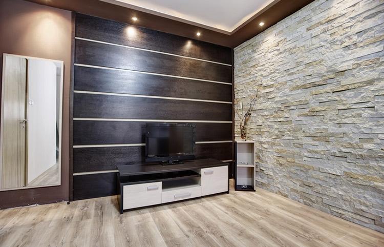 Feines Holzmobiliar ziert den Raum