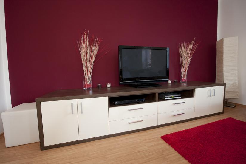 Beeindruckendes Multimedia-Regal, weiße Schubladen mit dunkelbrauner Fassung